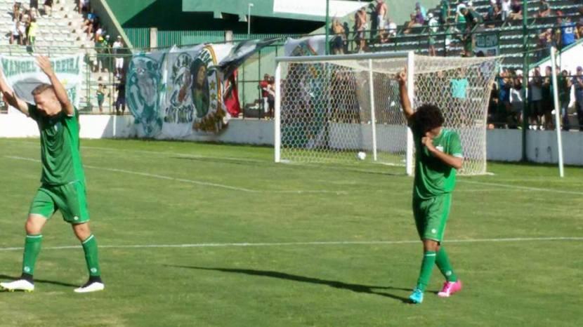 Fábio Gama comemora o gol que completou a vitória gamense por 3 a 1.